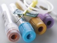 Variété d'échantillons médicaux, y compris le sang et la chimie avec ensemble de collecte de sang — Photo de stock