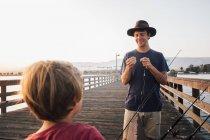 Père et fils sur la jetée préparant des cannes à pêche, Goleta, Californie, États-Unis, Amérique du Nord — Photo de stock