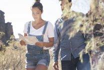 Coppia di giovani escursionisti guardando la mappa in valle, Las Palmas, Isole Canarie, Spagna — Foto stock