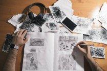 Вид сверху мужской художник рисование в альбоме — стоковое фото