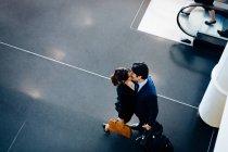 Пара в ділових костюмах цілуватися — стокове фото