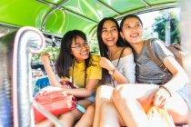 Amigos de turismo en tuk tuk car, Bangkok, Tailandia - foto de stock