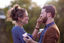 Couple sur le bateau de canal — Photo de stock