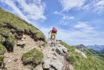Задній вид жіночий мандрівного рух у Tannheim гір, Тіроль, Австрія — стокове фото