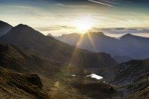 Vista panorámica de las montañas, Fagaras, Brasov, Rumania, Europa - foto de stock
