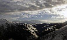 Vue panoramique sur les montagnes et le ciel nuageux, Fagaras, Brasov, Roumanie, Europe — Photo de stock