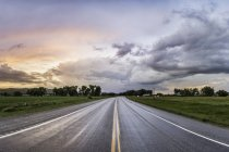 Highway through rural area, Montana, US — Stockfoto