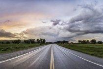 Autobahn durch ländliche Gegend, Montana, uns — Stockfoto