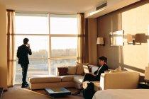 Unternehmer und Unternehmerin im Hotelzimmer — Stockfoto