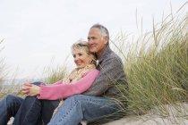 Paar umarmt sich am Strand von Palma de Mallorca, Spanien — Stockfoto