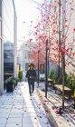 Vue éloignée de femme asiatique dans des vêtements tout-aller sur la rue de Tokyo — Photo de stock