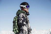 Портрет лыжника с рюкзаком, отворачивающимся — стоковое фото