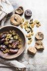 Draufsicht auf leckere gesunde mediterrane Trockenfrüchte in einer Schüssel — Stockfoto