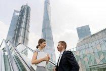 Junge Geschäftsfrau und Frau auf der Rolltreppe im Finanzzentrum von Shanghai, China — Stockfoto