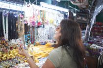 Woman looking at souvenirs on market stall, Bangkok, Krung Thep, Thailand, Asia — Stock Photo
