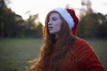 Retrato de mujer joven en sombrero de santa - foto de stock