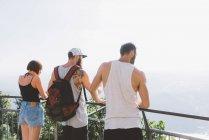Vista posteriore degli amici che guardano il lago di Como dal balcone, Como, Lombardia, Italia — Foto stock
