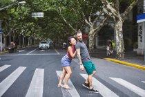 Жінки штовхають хлопцем на пішохідний перехід, Французька концесія Шанхай, Шанхай, Китай — стокове фото