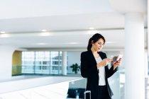 Femme d'affaires à l'aide de téléphone portable pour l'enregistrement électronique — Photo de stock