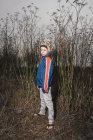 Портрет мальчика в сельской местности, смотрящего в камеру — стоковое фото