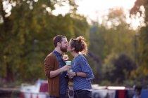 Paar auf Kanalboot — Stockfoto