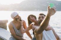 Drei junge freunde beim Selfie am meer, comer see, lombardei, italien — Stockfoto