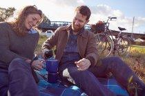 Coppia godendo pausa caffè su paludi — Foto stock