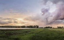 Puesta de sol sobre el paisaje rural, Montana, nos - foto de stock