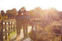 Couple profitant de marche sur les marais — Photo de stock