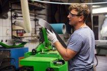 Homme en atelier fabriquant des équipements de ski — Photo de stock