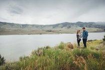 Couple marchant près de Dillon réservoir, Silverthorne, Colorado, é.-u. — Photo de stock