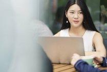 Kollegen treffen sich im Café und nutzen Laptop — Stockfoto