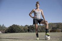 Retrato de mulher no campo de futebol olhando para a câmera — Fotografia de Stock