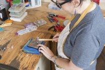 Gioielliere femminile lavora con utensili in officina — Foto stock