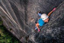 Donna asiatica arrampicata scogliera a picco, Squamish, Canada, vista ad alto angolo — Foto stock