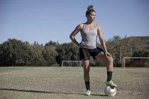 Retrato de mujer en el campo de fútbol mirando lejos - foto de stock