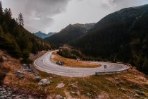 Empty highway between mountains forest — Stock Photo