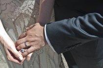 Sposa e sposo, tenendosi per mano, primo piano, metà di sezione — Foto stock