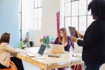 Drei Kollegen in Kreativbüro zusammenarbeiten — Stockfoto