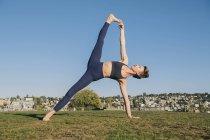 Молода жінка практикує йогу на відкритому повітрі. — стокове фото