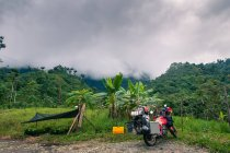Мотоцикл і гамаку в сільській обстановці, Кіто, Пічінча, Еквадор — стокове фото