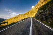 Пустое шоссе между горами — стоковое фото