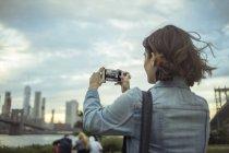 Woman taking photo, Brooklyn, New York, US — Stock Photo