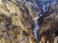Vista aérea del Gran Cañón de Yellowstone, Parque Nacional de Yellowstone, Estados Unidos, América del Norte - foto de stock
