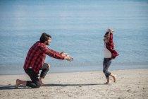 Син біжить до Отця на пляжі — стокове фото
