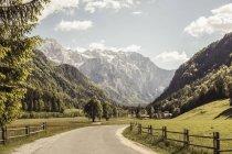 Paisagem vista da estrada rural no vale e montanhas, Mozirje, Brezovica, Eslovénia — Fotografia de Stock