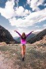 Giovane donna a braccia aperte che guarda sulla valle della montagna, Draja, Vaslui, Romania — Foto stock