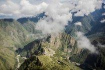 Vista elevata delle montagne nuvolosa, Machu Picchu, Cusco, Perù, Sud America — Foto stock