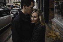 Metà coppia adulta che si abbraccia in strada — Foto stock