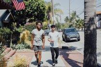 Друзі йшов на Сонячний вулиці Лонг-Біч, Каліфорнія, США — стокове фото
